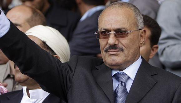 Saleh firmó un acuerdo para que él y su familia no sean juzgados después. (AP)
