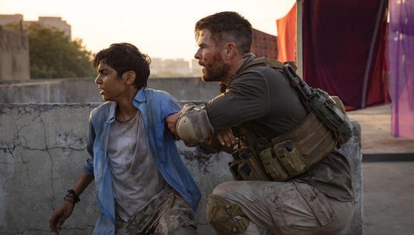 Tyler Rake (Chris Hemsworth) y Ovi (Rudraksh Jaiswal) (Foto: Netflix)