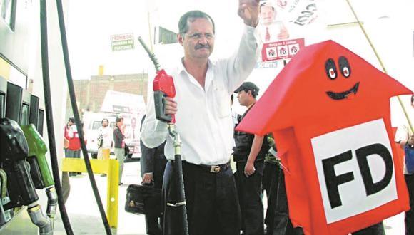 Marco Falconí presentó a la prensa en 2006 su oferta de campaña política con combustible a menor precio. (Foto: Semanario Vista Previa)