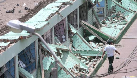 PUDO SER TRAGEDIA. Ayer, por fortuna, el colegio San Pedro estaba vacío cuando colapsó el muro. (David Vexelman)