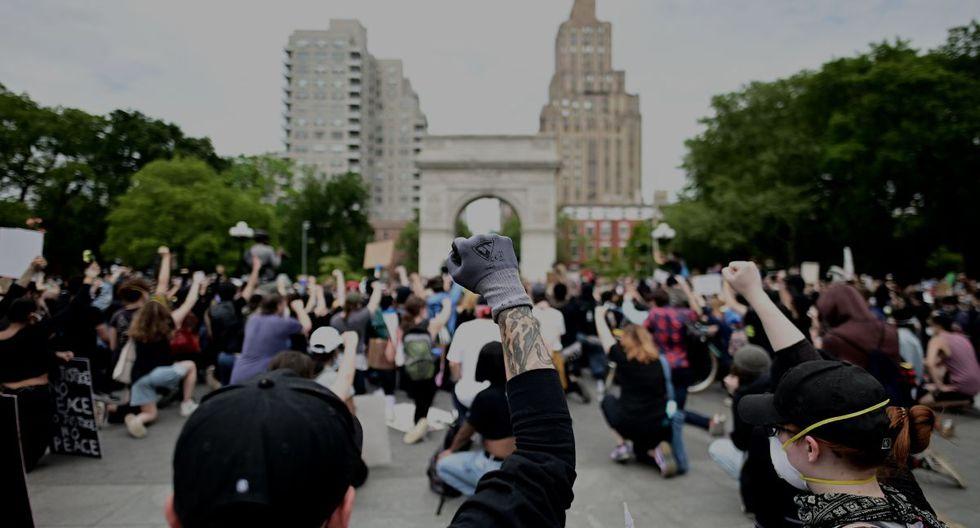 """Los manifestantes se manifestaron el 2 de junio de 2020, durante una protesta de """"Black Lives Matter"""" en Washington Square en la ciudad de Nueva York. Las protestas contra el racismo han puesto el toque de queda en varias ciudades de Estados Unidos para reprimir los disturbios, luego de la muerte de George Floyd mientras estaba bajo custodia policial. (AFP / Johannes EISELE)."""