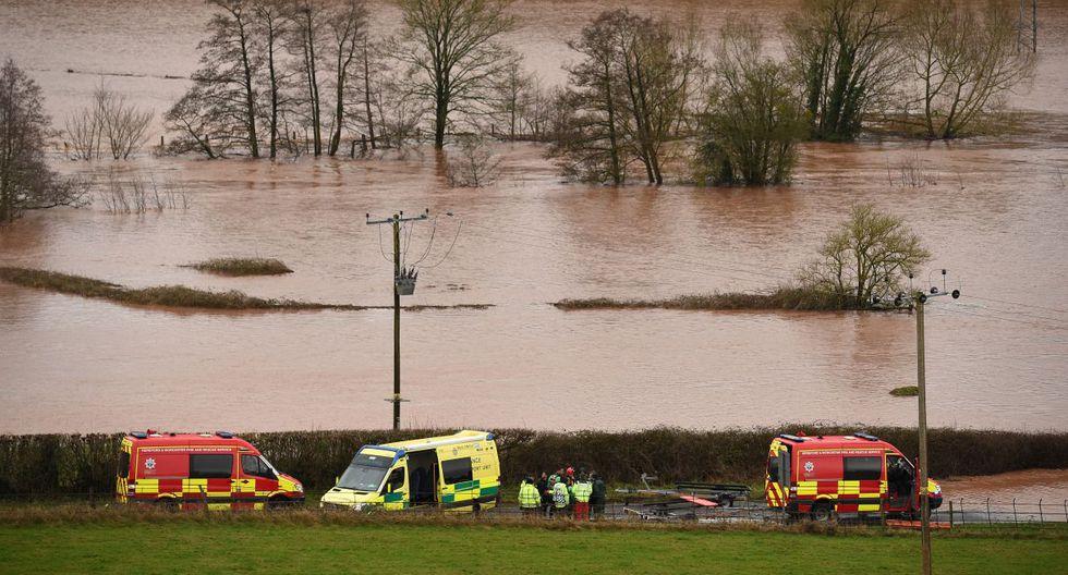Los miembros del Servicio de Bomberos y Rescate realizan una operación de búsqueda después de que el río Teme explotara en sus orillas en Lindridge, oeste de Inglaterra. (AFP).