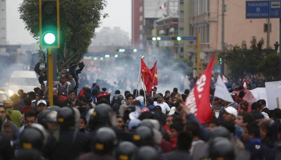 Profesores en huelga y policías se enfrentaron en la avenida Abancay.