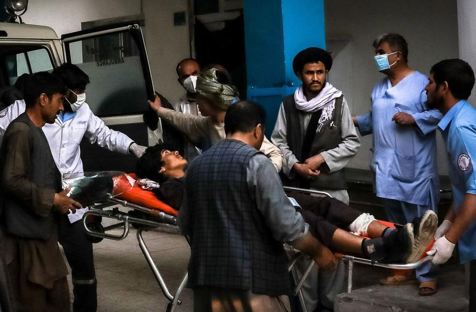 Imagen de ciudadanos llevando a un hombre herido a un hospital tras una explosión en Kabul, Afganistán, 8 de mayo de 2021. (EFE/EPA/HEDAYATULLAH AMID).