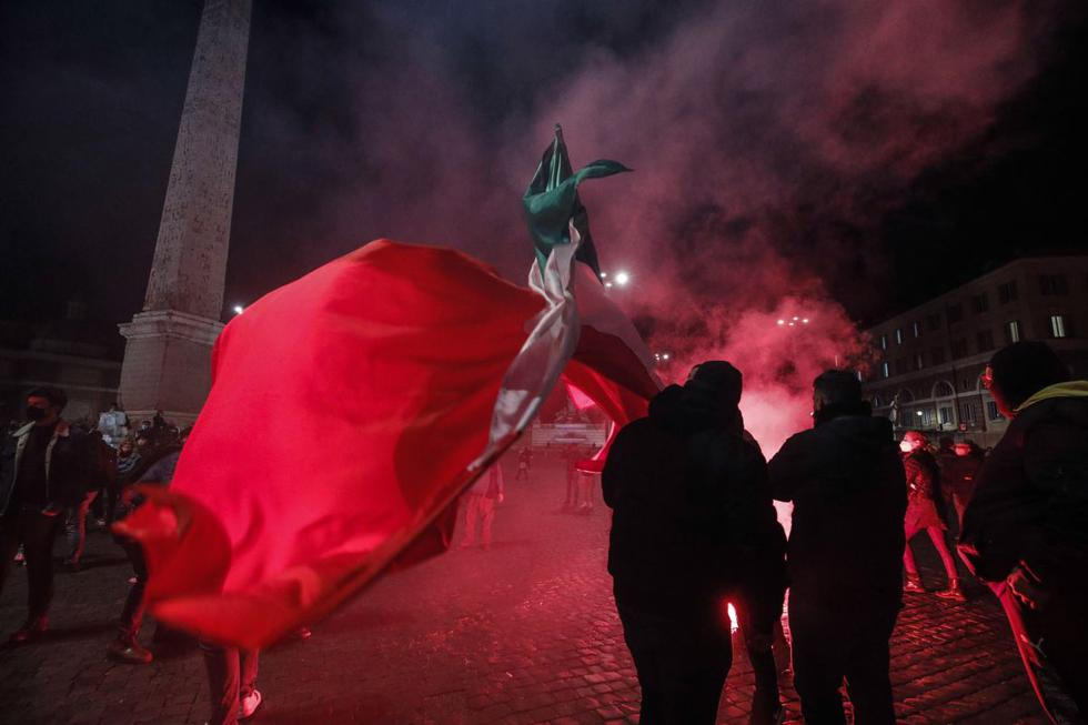 Manifestantes contra las medidas implementadas para detener la propagación de la pandemia de coronavirus choque con la policía en Roma, Italia. (EFE/GIUSEPPE LAMI).