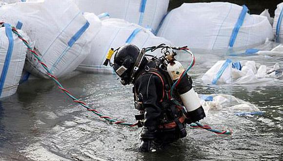 Un buzo participa en labores de prevención en el Rin (Internet)