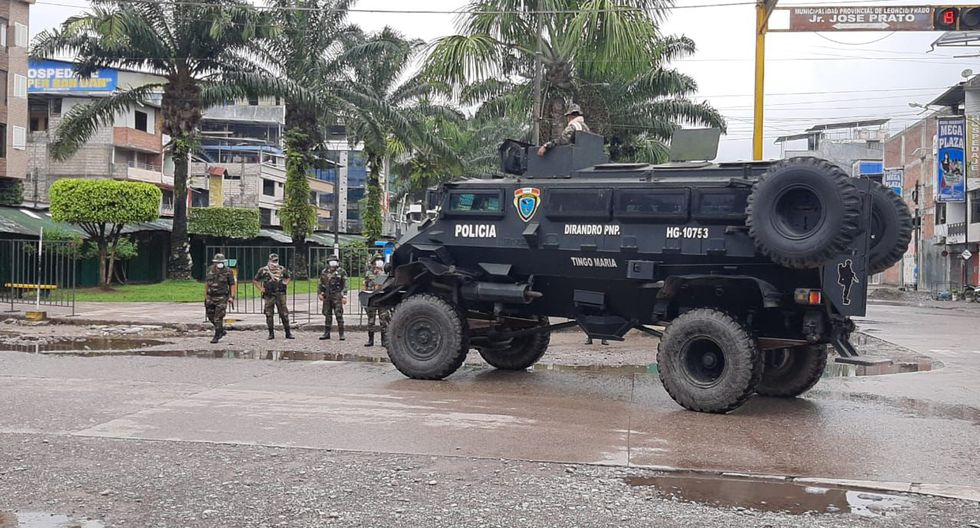 Fuerzas del orden resguardan las calles durante el estado de emergencia nacional