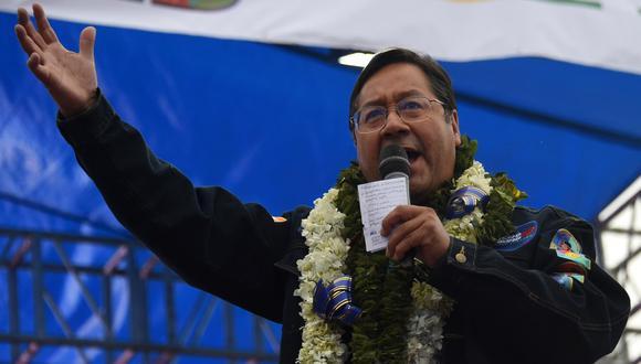 """Luis Arce: """"La única manera de que nos ganen es con fraude"""". El candidato presidencial de izquierda boliviano pronuncia un discurso en El Alto, el 14 de octubre de 2020. (AIZAR RALDES / AFP)."""