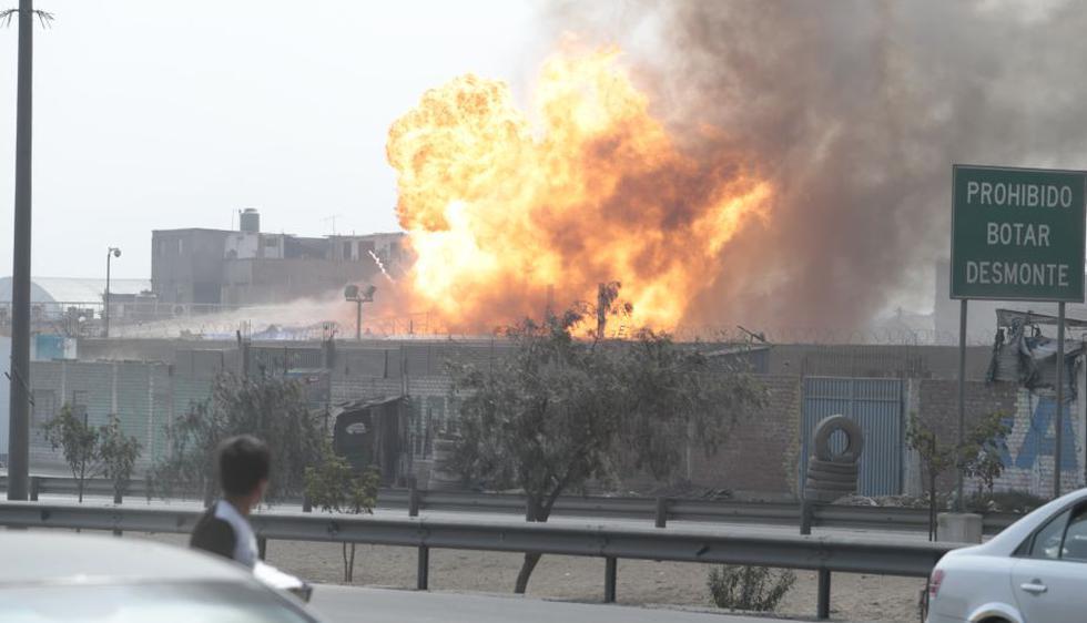 Una serie de explosiones y un posterior incendio se registró esta tarde en la planta de Pecsa en Huachipa. (César Fajardo)