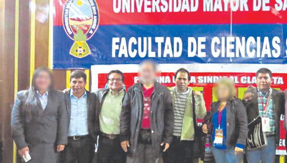 Pedro Castillo al lado del apologista Alex Chamán. En el mismo grupo están Edgar Tello (congresista) y César Tito Rojas (visitante de Palacio).