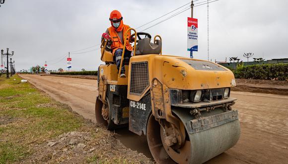 Av. Defensores del Morro. Entre la Av. Alameda Horizontes y la Panamericana Sur se viene demoliendo el pavimento existente y colocando la primera capa del asfaltado en una longitud de 3 km.