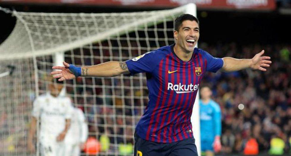 Suárez celebró el nacimiento de su tercer hijo con un triplete en el Camp Nou y se llevó el balón del clásico a casa como premio. (Foto: EFE)
