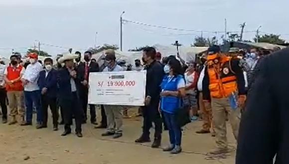 Sin palabra. Presidente Pedro Castillo llevó cheque de papel a afectados por el sismo . (Foto: GORE Piura)