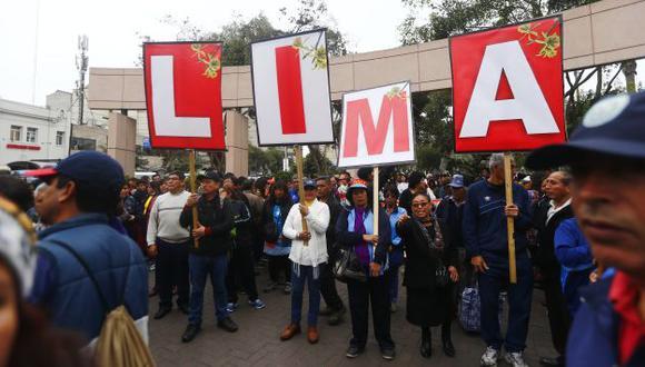 """Los mestros huelguistas se dirigieron al parque Kennedy, en Miraflores, para """"descentralizar"""" su medida de protesta. (Luis Centurión/Perú21)"""