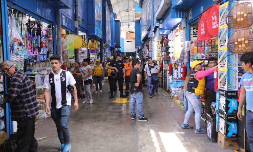 La Municipalidad de Lima realizó una evaluación de las instalaciones eléctricas y gabinetes para extintores en diversas galerías comerciales de Mesa Redonda. (Foto: Municipalidad de Lima)