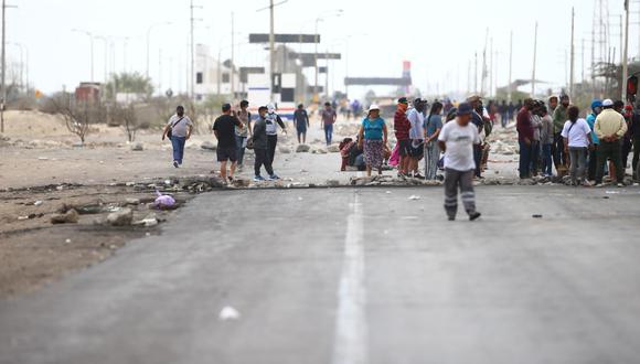 Ica: decenas de trabajadores agrarios llevan tres días con el bloqueo de la Panamericana Sur, en cuatro puntos distintos. (Foto: Hugo Curotto / GEC)