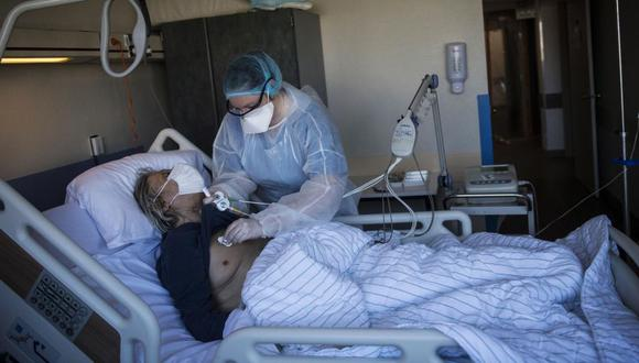 El coronavirus llena de nuevo las camas UCI y los médicos se preguntan qué salió mal. (EFE/Julien de Rosa).