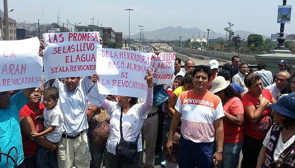Vecinos de la zona afectados por filtraciones culparon a Villarán. (Antonio Álvarez)