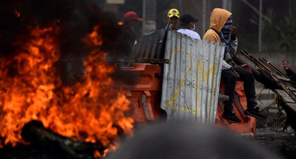 Manifestantes incendian llantas mientras bloquean vías durante las protestas hoy en Cali (Colombia). (EFE/ Ernesto Guzmán Jr).