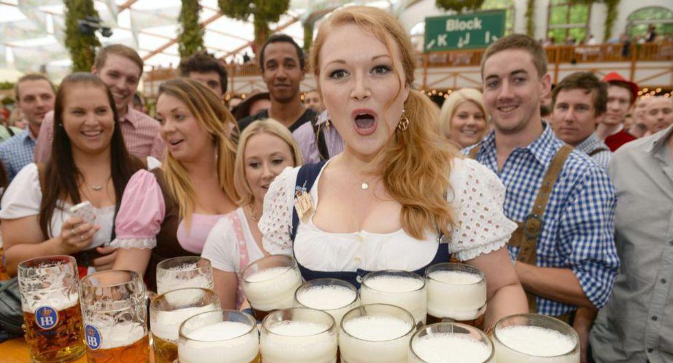 Esta alemana demuestra su destreza para llevar varias jarras a la vez. (EFE)