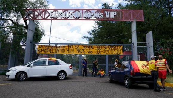 Los aficionados del Monarcas aparcaron sus autos en la entrada del estadio para evitar la mudanza. (Foto: Straffon Images)