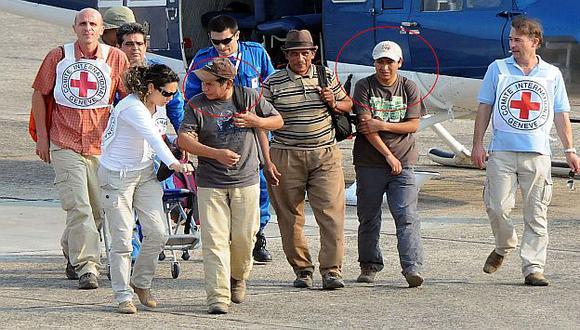 Miembros de la Cruz Roja recibieron a los liberados. (AFP)
