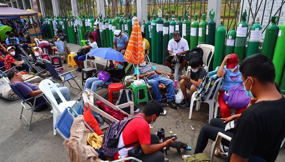 Decenas de personas han decidido, en muchos casos, acampar en los exteriores de los puntos de recarga de oxígeno debido a la gran demanda del insumo. (GEC)
