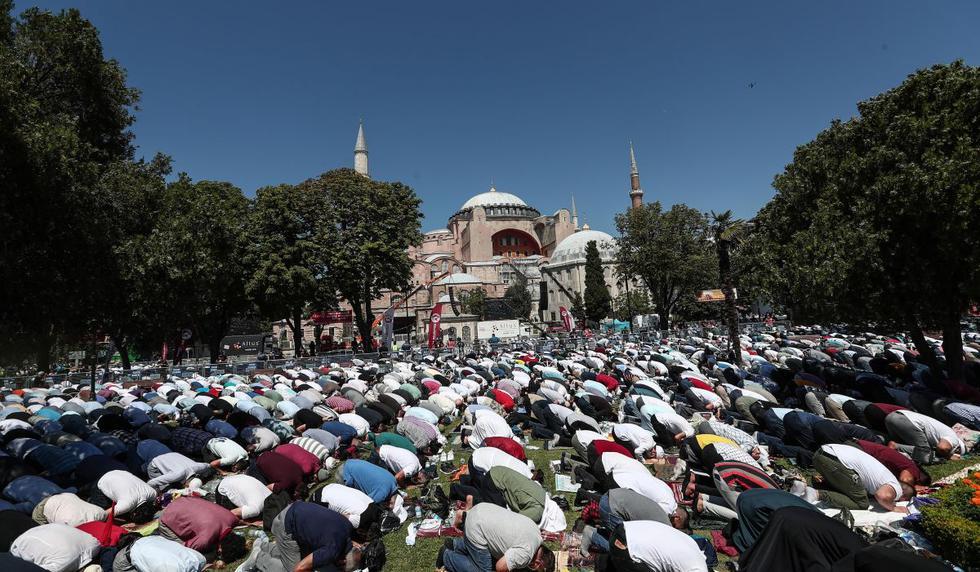 Las personas realizan la primera oración del viernes durante la ceremonia de inauguración oficial de Santa Sofía como mezquita en Estambul. (EFE/SEDAT SUNA).