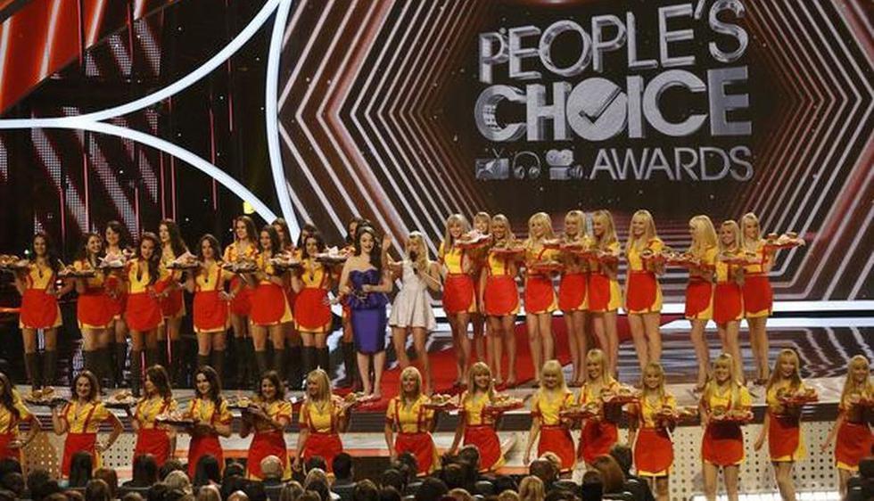 Kat Dennings y Beth Behrs encantaron al público con sus ocurrencias y buen humor como conductoras de los People\'s Choice Awards 2014. (Reuters)