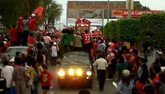 Los fanáticos seguían a la caravana por toda la ciudad. (Twitter de Veronica Gasco: @La_Vechi)