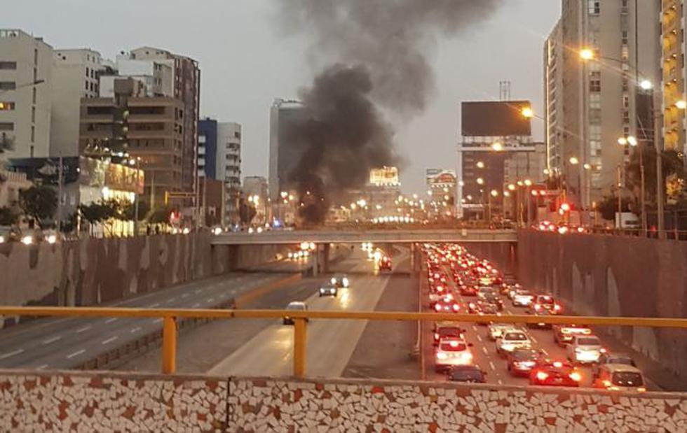 Vía Expresa: Auto se incendia en la vía con dirección sur cerca al puente Ricardo Palma. (Twitter)