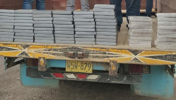 Arequipa: un total de 79 paquetes tipo ladrillo embalados con cinta de color gris fueron hallados en un compartimento secreto. (Foto: PNP)