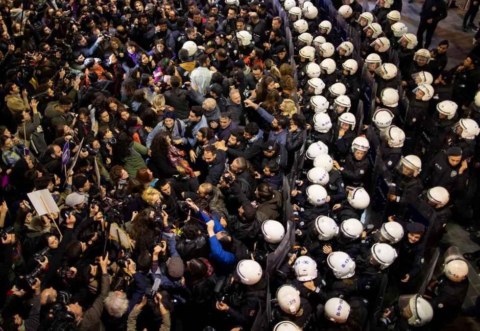 La policía antidisturbios turca intenta dispersar a las manifestantes durante una manifestación que conmemora el Día Internacional para la Eliminación de la Violencia contra la Mujer, en la calle Istiklal en Estambul, Turquía. (Foto: EFE)