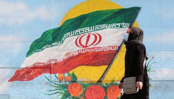 Una mujer iraní usa una mascarilla como precaución contra la pandemia del coronavirus COVID-19, en la capital de Irán, Teherán, el 14 de octubre de 2020. ATTA KENARE / AFP