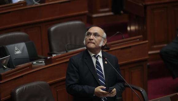 Julio Rosas se retira del Pleno (Hugo Pérez Torrejón)