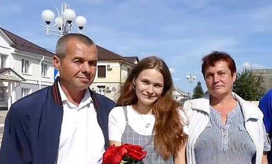 Mujer se reencuentra con sus padres después de 20 años de haberse perdido en un tren. (Police of Belarus/east2west news)