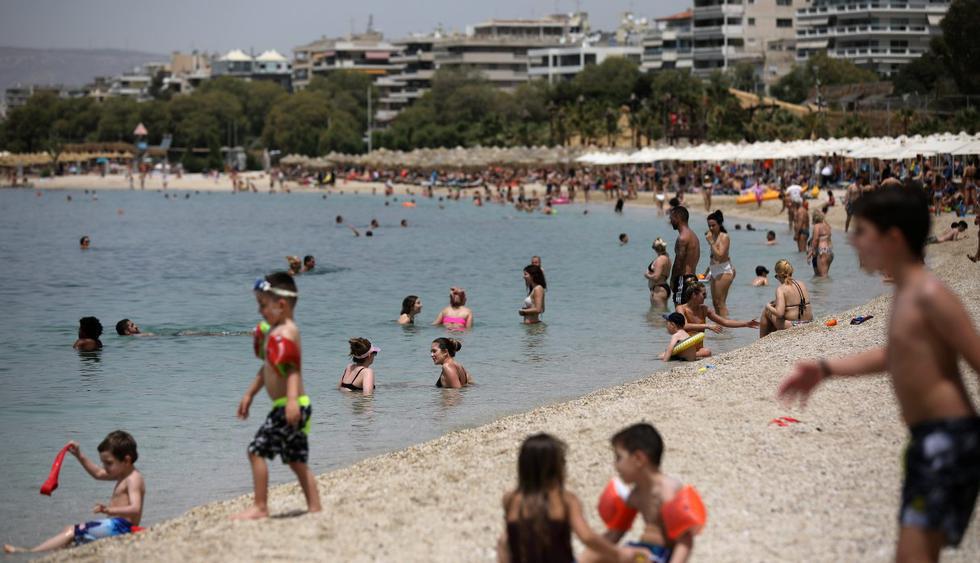 Las personas disfrutan del sol durante la reapertura oficial de las playas luego de la reducción de las medidas contra la propagación del coronavirus (COVID-19), en Atenas, Grecia, el 16 de mayo de 2020. (REUTERS/Costas Baltas).