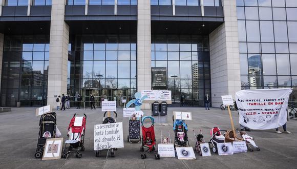 Representantes de ONG de derechos humanos participan en una protesta 'tu clítoris o tu mamá' ante el gabinete de la secretaria de Estado belga para la igualdad de género un día antes del día internacional del cero Tolerancia a la mutilación genital femenina en Bruselas, Bélgica, el 5 de febrero de 2021. (Foto: EFE/EPA/OLIVIER HOSLET)