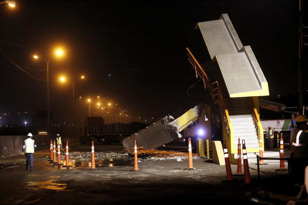 Un tráiler destruyó las bases del puente peatonal que cruza la Panamericana Norte a la altura del kilómetro 41, en el distrito de Ancón. El suceso ocurrió la noche del lunes. (Foto: César Grados/@photo.gec)