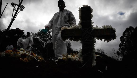 Trabajadores entierran a víctimas mortales de covid-19 en el Cementerio Vila Formosa, en Sao Paulo. (Foto: EFE/Fernando Bizerra Jr.)