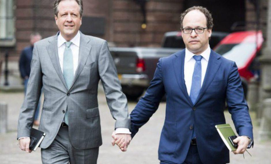Alexander Pechtold (izquierda) y el asesor financiero del partido Wouter Koolmees.