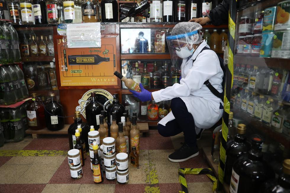 Municipalidad de Lima clausura locales en Mesa Redonda donde se vendían licores vencidos. (Municipalidad de Lima)