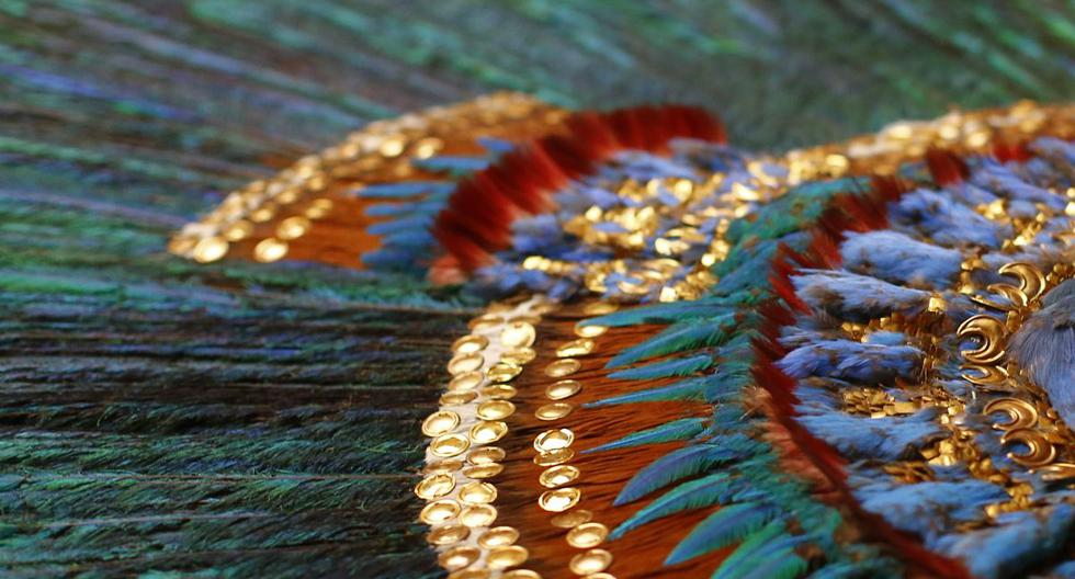 La pieza está formada por 222 plumas de distintas aves montadas sobre una base de oro con incrustaciones de piedras semipreciosas. (Foto: Alexander Klein / AFP)