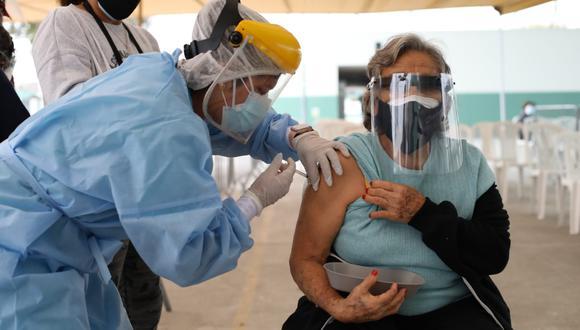La vacunación a adultos mayores de 70 años a más se retomó este sábado en diferentes puntos de Lima y Callao. (Foto: Britanie Arroyo/@photo.gec)
