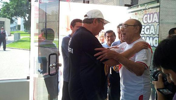 El maestro Avilés saluda a Markarián. (Twitter de la selección)