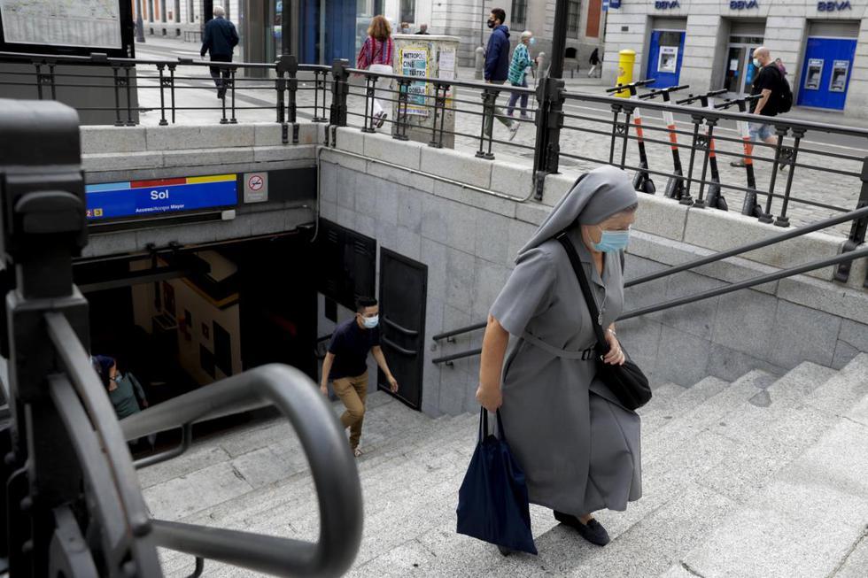Una monja con mascarilla sube las escaleras de un metro en el centro de Madrid, España. (AP/Manu Fernández).