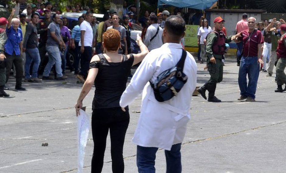 Médicos han denunciado que las infraestructuras de varios hospitales presentan problemas de filtración, que los equipos se han dañado y que también se han visto afectados por los cortes de agua y luz. (Foto referencial: AFP)