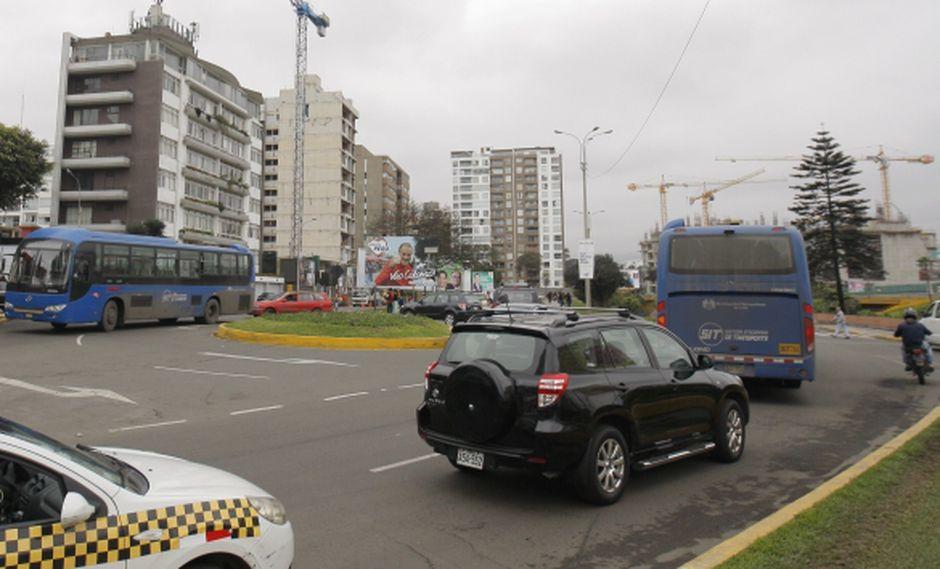 Alcalde miraflorino dice que no hay lugares para que se estacionen los buses azules. (Nancy Dueñas)