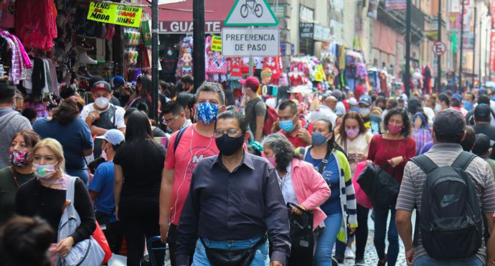 Imagen referencial. Ciudadanos caminan por una concurrida calle comercial del centro histórico de Ciudad de México (México). (EFE/ José Pazos).