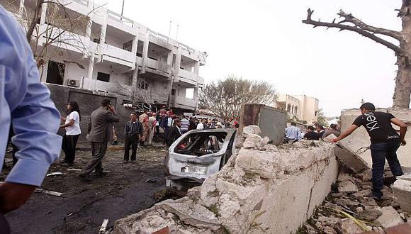 La pared que rodea el complejo diplomático colapsó. (Reuters)
